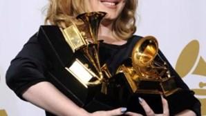 Adele ultrapassa Whitney Houston
