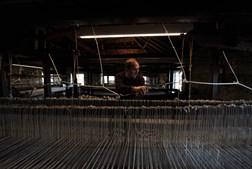 José Manuel Teles no tear de fabrico de cobertores de papa (em pura lã)