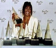 Conhecida como 'A Voz', a cantora coleccionou prémios. Em 1994, conquista sete American Awards. (Fred Prouser/Reuters)