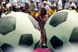 Houston foi convidada para actuar antes da final do Campeonato Mundial de Futebol de 1994, nos EUA. (Gary Hershorn / Reuters)