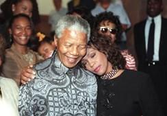 Em 1994, a cantora ajudou Nelson Mandela na corrida à presidência da África do Sul.(Juda Ngwenya / Reuters)