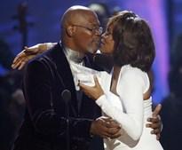 Whitney recebe emocionada das mãos do actor Samuel L. Jackson o prémio de Melhor Artista Internacional de 2009 durante os American Music Awards. (Mario Anzuoni / Reuters)