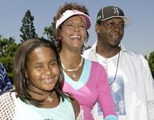Num momento de descontracção com a filha, Bobbi Kristina, e o marido, Bobby Brown, na chegada à Disneyland. (Jim Ruymen/Reuters)