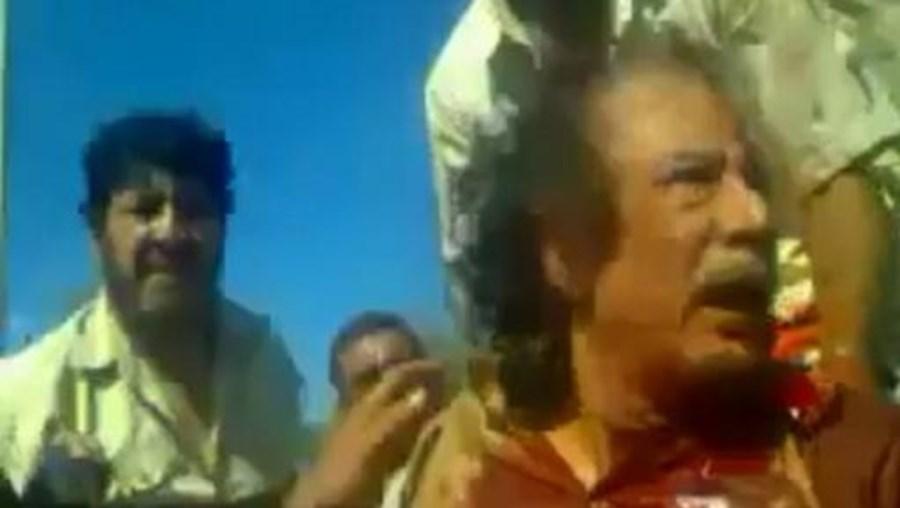 Imagem retirada de um vídeo amador, de 21 de Outubro de 2011, que mostra o momento da captura de Kadhafi