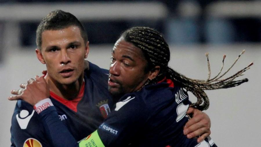 Lima festeja com Alan o golo apontado ao Besiktas, insuficiente para passar aos oitavos-de-final