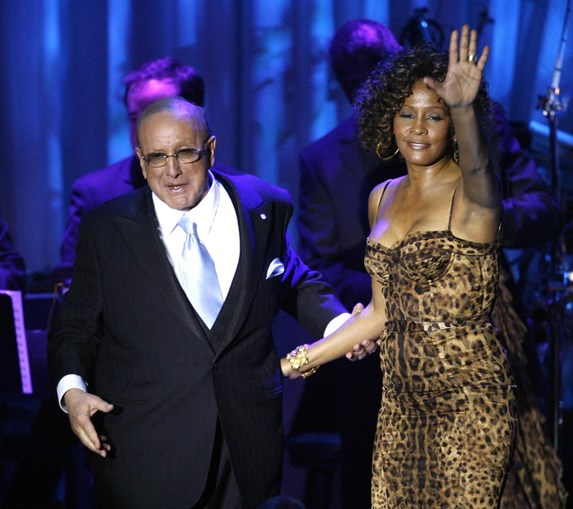 O produtor Clive Davis descobriu e lançou Whitney para o sucesso mundial. (Mario Anzuoni / Reuters)