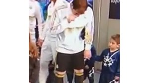 Casillas mexe em criança depois de limpar nariz (COM VÍDEO)