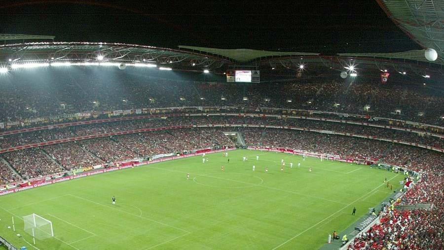 O Estádio da Luz tem capacidade para 65 647 espectadores e custou 120 milhões de euros