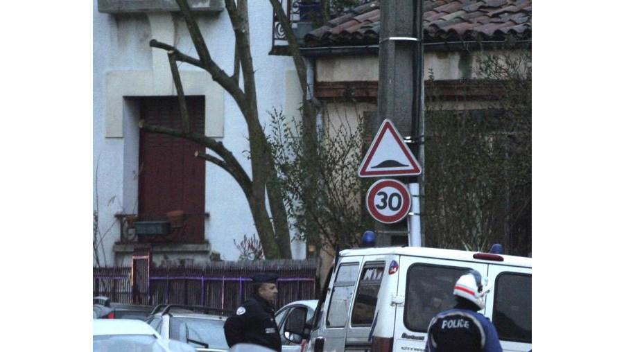Foram mobilizados 200 agentes da polícia para o local onde o suspeito se encontra cercado