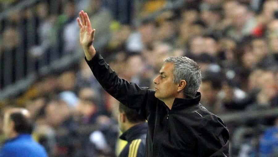 José Mourinho foi expulso na segunda parte e a sua equipa perdeu terreno em relação ao Barcelona