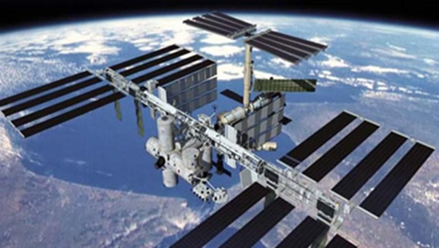 Estação Espacial Internacional, astronautas em alerta, emergência, detrito
