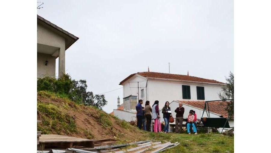 José Fernandes morreu ao entrar de tractor num terreno. O filho, que trabalhava com ele, ainda tentou impedir que o veículo caísse da rampa