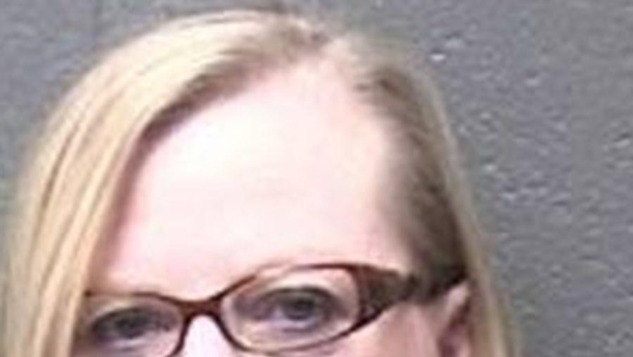 Lynne Cahill-Gomez foi detida por condução perigosa no dia em que fez 53 anos