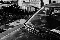 Iraque. A comunidade vivia junto à vila de Carrazeda de Ansiães. Há oito anos foram expulsos e o acampamento subiu ao monte. A guerra da altura era no Iraque e assim o bairro, onde vivem cerca 120 adultos e crianças, ganhou o seu nome