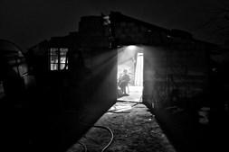 Casas. No bairro do Iraque, a luz é roubada à rede pública. As casas precárias, construídas de madeira, tijolo e tábua, não têm saneamento básico ou água