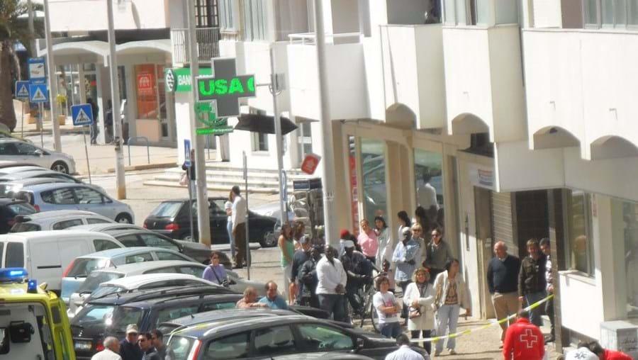 A vítima caiu em cima de um Seat Ibiza (esq.), que ficou bastante danificado
