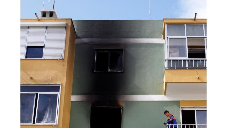 Chamas consumiram quarto da habitação do segundo piso, em prédio de três andar na Pontinha