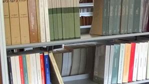 Polícia chamada para resgatar livros