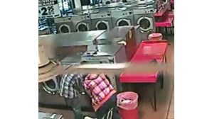 Mete filho na máquina de lavar e apanha susto (COM VÍDEO)