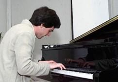 Começou a estudar música muito novo e a carreira teve início ainda durante a sua adolescência