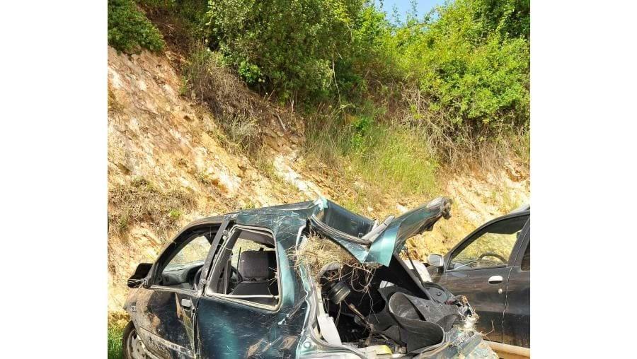 Renault Clio ficou destruído