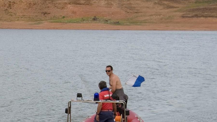 n Uma equipa de mergulhadores dos Bombeiros  de Lagoa procurou o corpo de Ricardo. Pais, no local, estavam desesperados