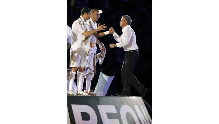 José Mourinho cumprimenta Pepe e Cristiano Ronaldo durante os festejos do título espanhol, no Santiago Bernabéu, em Madrid