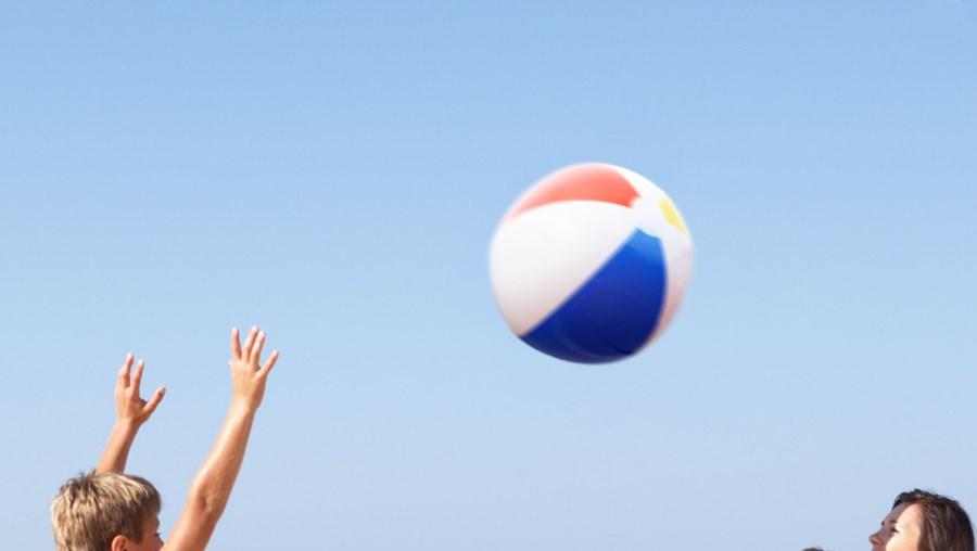 Jogar à bola na praia é um excelente exercício