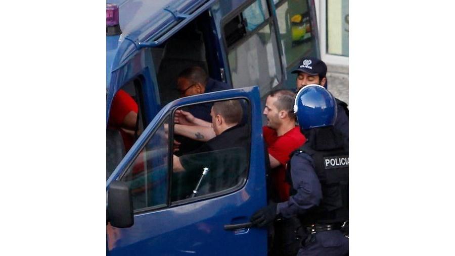 Os dois homens, de 30 e 40 anos, foram detidos, depois de se terem entregado à polícia, ao fim de pouco mais de meia-hora de conversações
