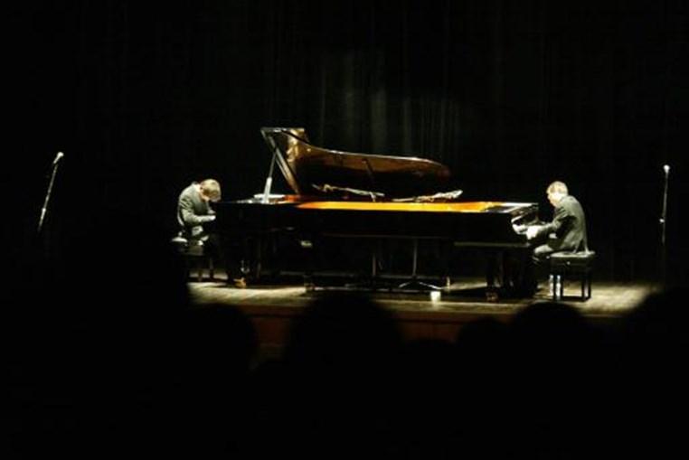 Foram frequentes as suas colaborações com outros pianistas nacionais. Em Janeiro de 2004 tocou com Mário Laginha no Centro Olga Cadaval