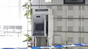 Explodem caixa ATM e agridem vigilante
