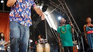 Toalhas às costas para ouvir reggae