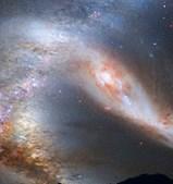 Uma imagem criada em computador pela NASA mostra como será o céu minutos antes da fusão entre a Via Láctea e a galáxia vizinha Andrómeda. As duas colidirão daqui a quatro mil milhões de anos e formarão uma única galáxia.