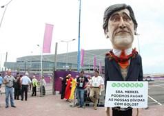 Nem um boneco de Pedro Passos Coelho quis perder o Portugal-Alemanha disputado na cidade ucraniana de Lviv