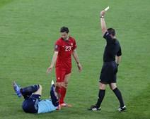 Cheio de vontade de facturar, Hélder Postiga viu muito cedo o cartão amarelo, graças a uma entrada muito dura às pernas do guarda-redes Neuer