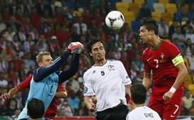 Cristiano Ronaldo elevou-se nas alturas e viu Neuer afastar o perigo da baliza germânica