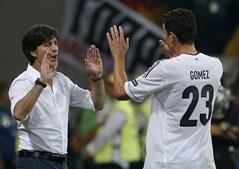 Mario Gómez festejou com o seleccionador alemão, Joachim Löw