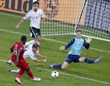 Entre as muitas oportunidades construídas por Portugal nos últimos jogos destacou-se uma perdida de Varela, que permitiu a defesa de Neuer com a baliza escancarada