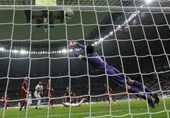 Petr Cech estica-se, mas não consegue travar a cabeçada fatal de Ronaldo.