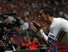 Ronaldo comemora com os espectadores o 40º golo com a camisola da Selecção Nacional.