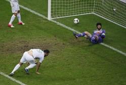 Hugo Almeida cabeceou, a bola entrou, mas o árbitro assinalou fora-de-jogo.