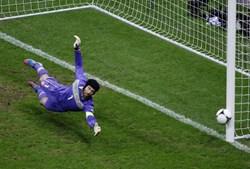 O poste foi melhor aliado de Petr Cech. Por três vezes, o ferro travou o sonho nacional.