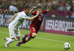João Pereira segura ataque do checo Pilar.
