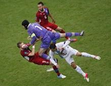 Petr Cehc choca com Ronaldo e com o colega Sikov.