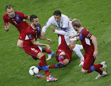 Ronaldo tenta furar por entre quatro adversários checos.