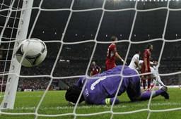 Petr Cech não conseguiu evitar a queda checa, perante o remate de Ronaldo.