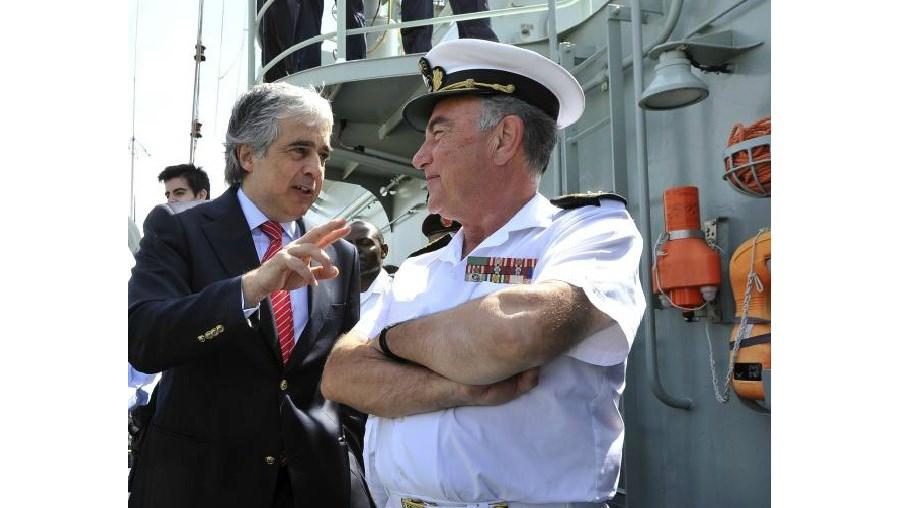 O Ministro da Defesa, Aguiar Branco, conversa com o chefe de Estado Maior da Armada, Saldanha Lopes, a bordo da NRP Corte-Real