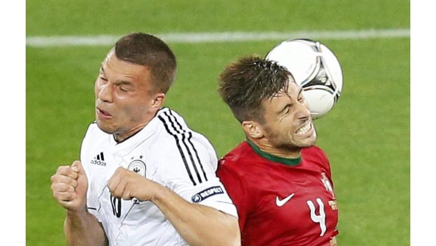 Miguel Veloso durante uma disputa de bola com Podolski