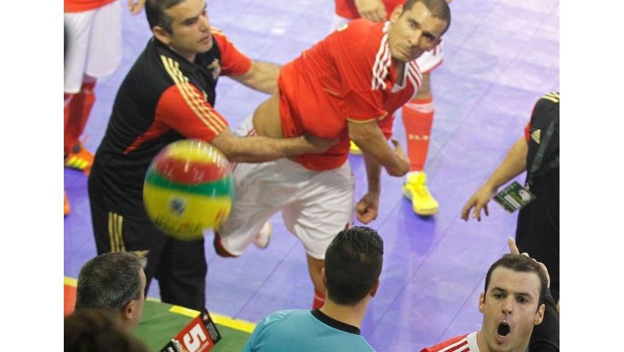 César Paulo atira a bola
