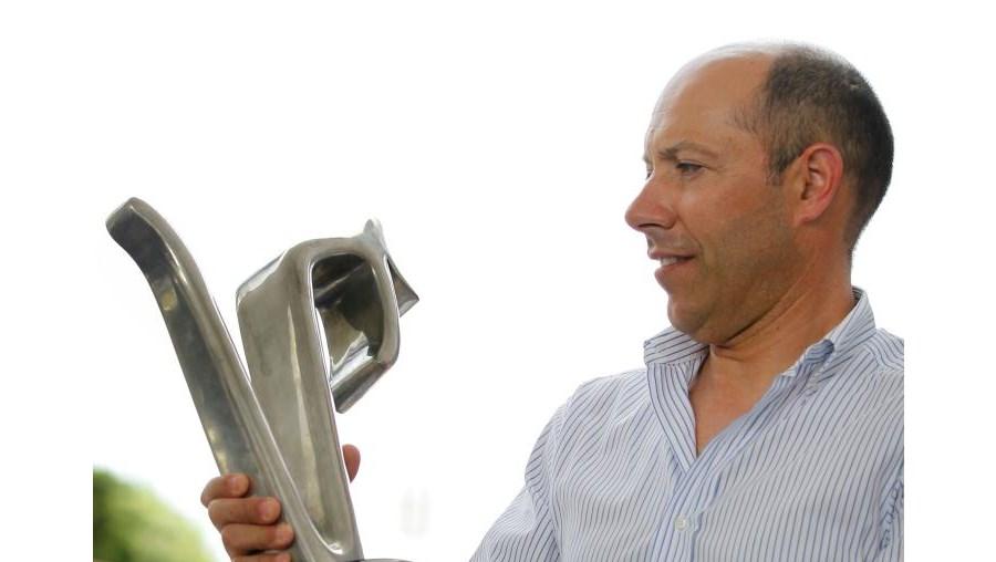 Joaquim Gomes, director da prova, exibe o troféu